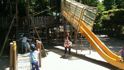 新宿中央公園はあんまり遊具が無いので時間が持たない
