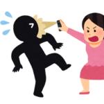 女性が後ろを警戒して何度も振り向く現象